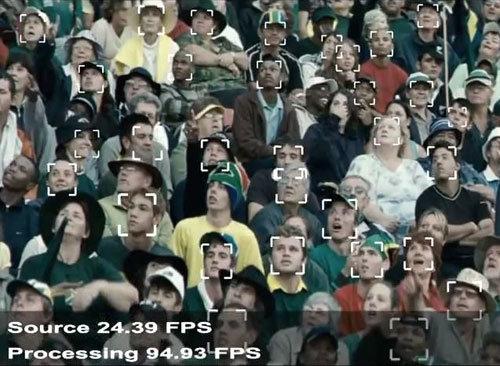 Tool zur Gesichtserkennung aus einer Menschenmenge für Bereiche, die Sicherheitsmaßnahmen benötigen.